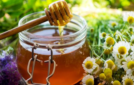 One of the oldest and most important sweeteners used by humans, honey, has a beneficial effect and deserves to … take the place of sugar. When it's winter, honey fits into our drinks to soften our throats, but that's not the only way we can use it. A little honey in the dressing we make […]